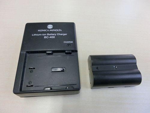 左:充電器(BC-400) と 右:充電池(NP-400)