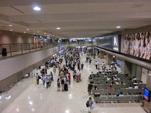 成田国際空港の到着ロビー
