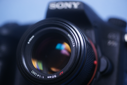 最新のAマウントカメラであるα77II(2014年6月)にAF 50mm F1.4(1985年2月)を装着