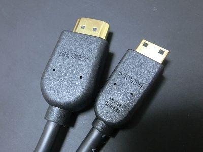 モニター側はHDMI(左)、カメラ側はMiniHDMI(右)