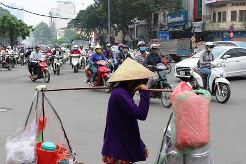 ホーチミン バイク 人がいてもバイク ©アジアしあわせ特急