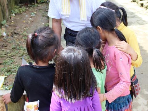 プリンターおじさん カットカット村 ©アジアしあわせ特急