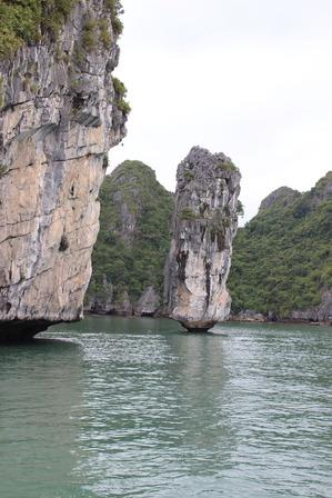 ハロン湾クルーズ 奇岩 ©アジアしあわせ特急