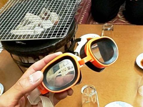 焼肉 新楽井 あらい 水中メガネ 煙 ©アジアしあわせ特急