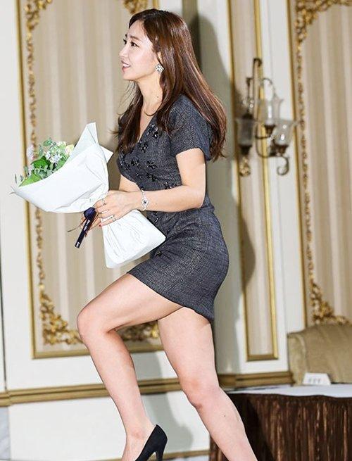 韓国のコン・ソヨンを含む女子アナ美脚パンチラ画像集 (43)