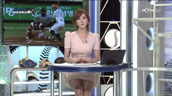 韓国のエロい美人女子アナのミニスカパンチラ (9)