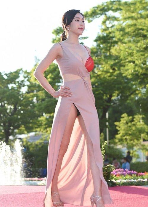 半乳ポロリ的な激エロドレスを披露した韓国の女優 (7)