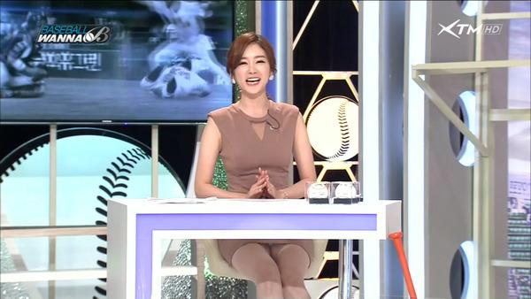 韓国のエロい美人女子アナのミニスカパンチラ