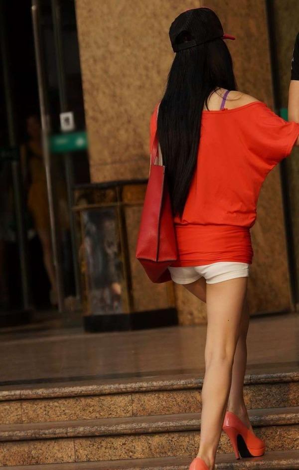 いやらしいホットパンツ姿のエロ美脚女性 (4)