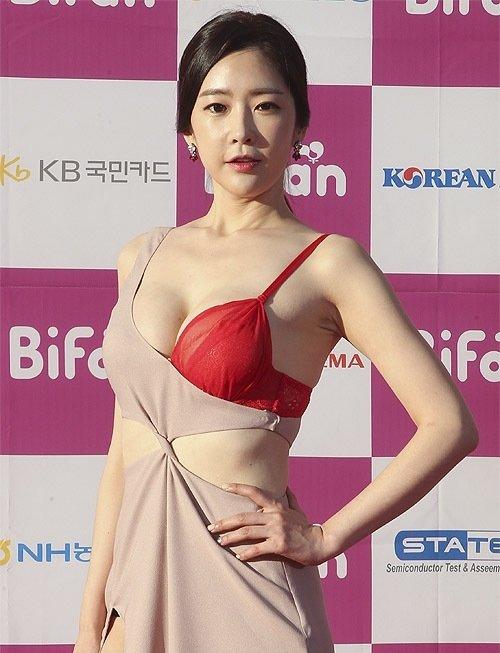 半乳ポロリ的な激エロドレスを披露した韓国の女優 (5)