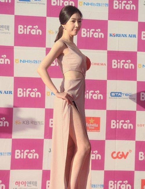 半乳ポロリ的な激エロドレスを披露した韓国の女優 (3)
