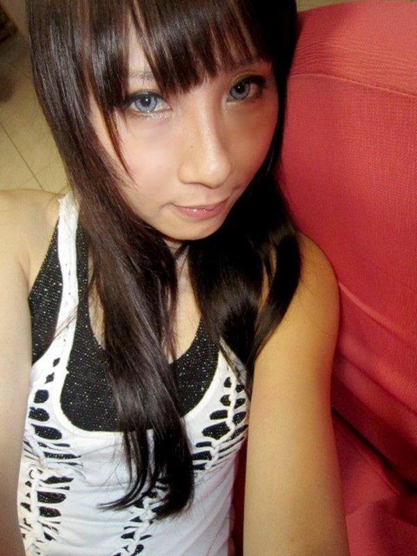 アパレル店勤務の女性がお仕事中の姿を自画撮り写メ公開 (7)