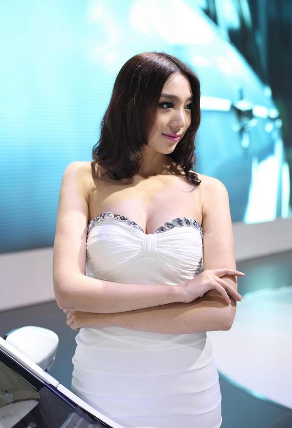 上海モーターショーの巨乳美脚コンパニオン (14)