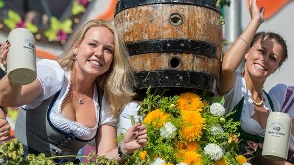 ドイツのビール祭りは巨乳ちゃんを盗撮し放題!! (23)