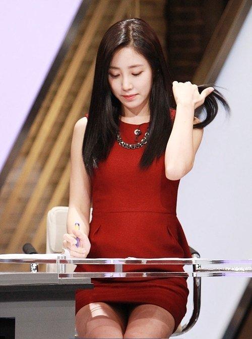韓国のコン・ソヨンを含む女子アナ美脚パンチラ画像集 (33)