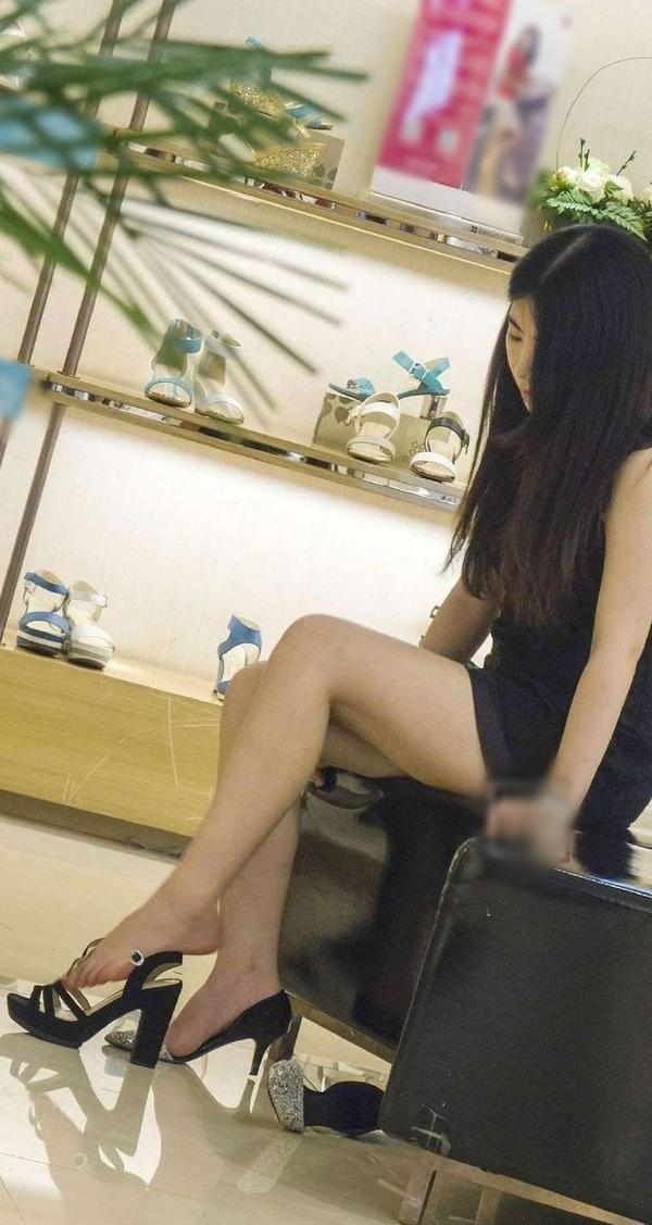 靴屋さんの店内盗撮!!ミニスカ女性の・・・ (1)
