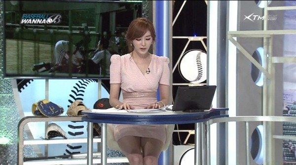 韓国のエロい美人女子アナのミニスカパンチラ (8)