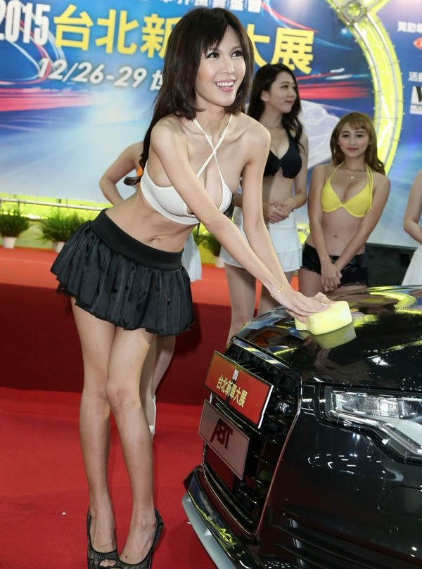 台湾のモーターショーは巨乳洗車イベント (6)