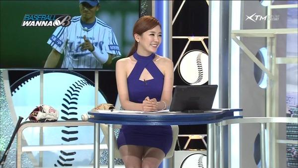 韓国のエロい美人女子アナのミニスカパンチラ (2)
