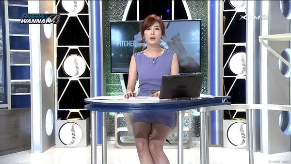 韓国のエロい美人女子アナのミニスカパンチラ (24)
