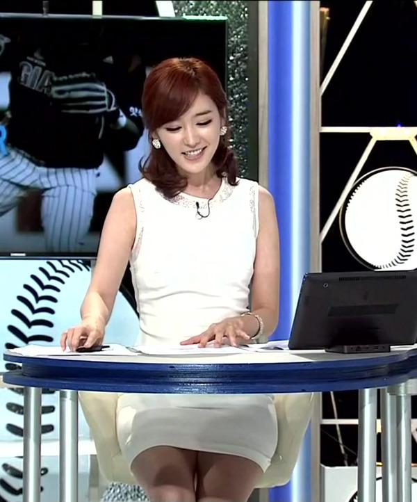 韓国のエロい美人女子アナのミニスカパンチラ (7)