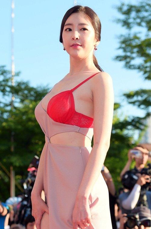 半乳ポロリ的な激エロドレスを披露した韓国の女優 (6)