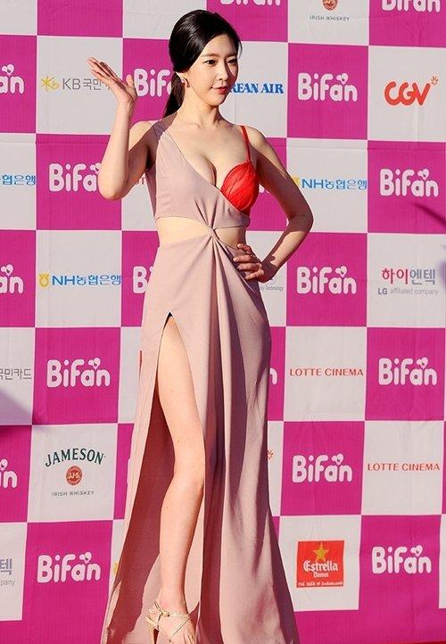 半乳ポロリ的な激エロドレスを披露した韓国の女優 (18)