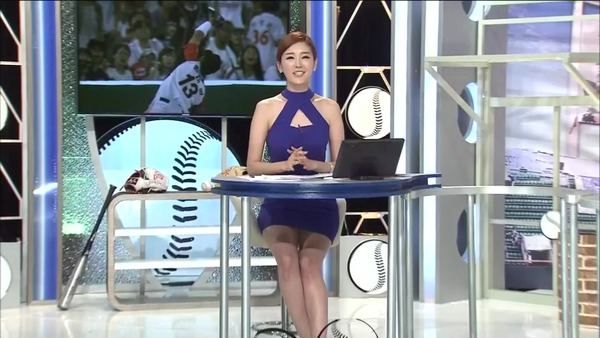 韓国のエロい美人女子アナのミニスカパンチラ (1)