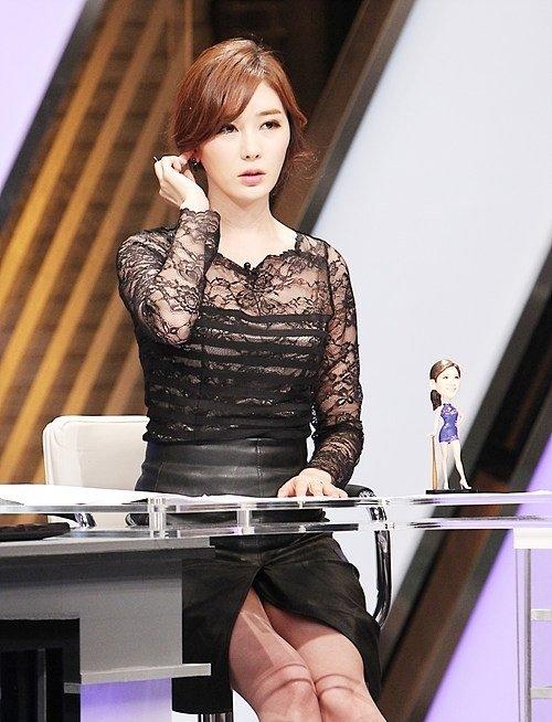 韓国のコン・ソヨンを含む女子アナ美脚パンチラ画像集 (30)