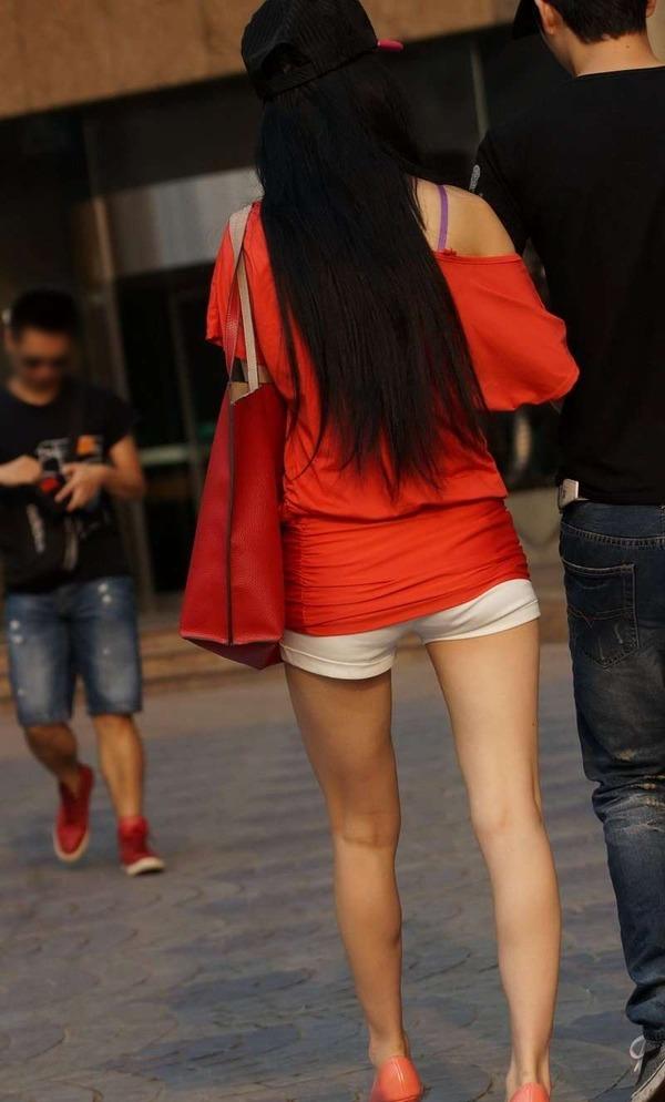 いやらしいホットパンツ姿のエロ美脚女性 (3)