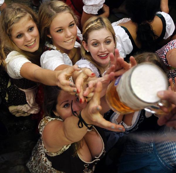 ドイツのビール祭りは巨乳ちゃんを盗撮し放題!! (7)