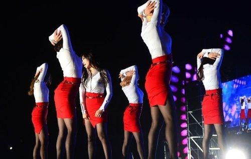 AOAのタイトスカートのスリットエロ画像 (3)