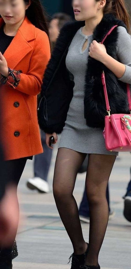 (ヌけるボッキ不可避街撮り写真)美巨乳モデルのミニスカワンピ姿がえろ過ぎて・・ボッキ必至な人妻さんの着衣胸にも注目☆☆☆☆☆