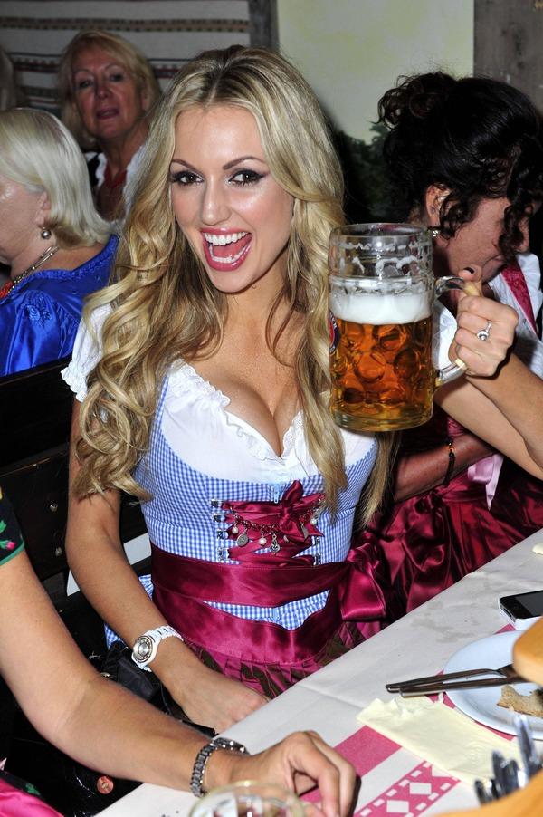 ドイツのビール祭りは巨乳ちゃんを盗撮し放題!! (15)