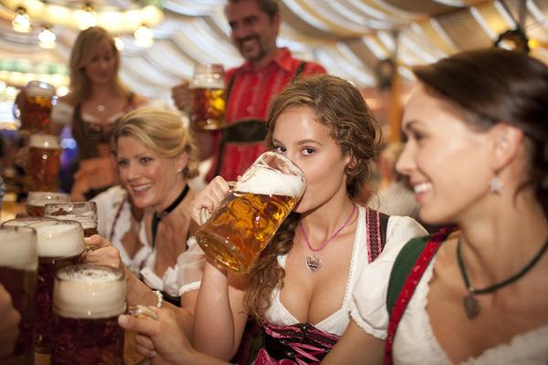 ドイツのビール祭りは巨乳ちゃんを盗撮し放題!! (6)