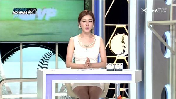 韓国のエロい美人女子アナのミニスカパンチラ (25)