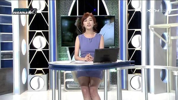 韓国のエロい美人女子アナのミニスカパンチラ (21)