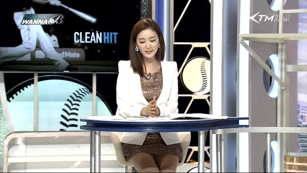 韓国のエロい美人女子アナのミニスカパンチラ (14)