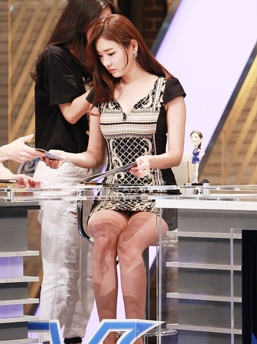 韓国のコン・ソヨンを含む女子アナ美脚パンチラ画像集 (21)