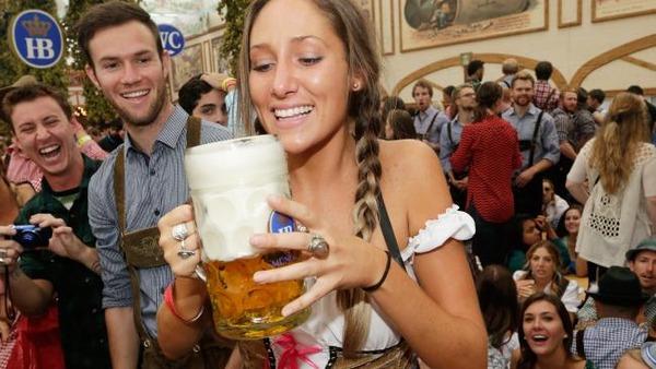 ドイツのビール祭りは巨乳ちゃんを盗撮し放題!! (13)