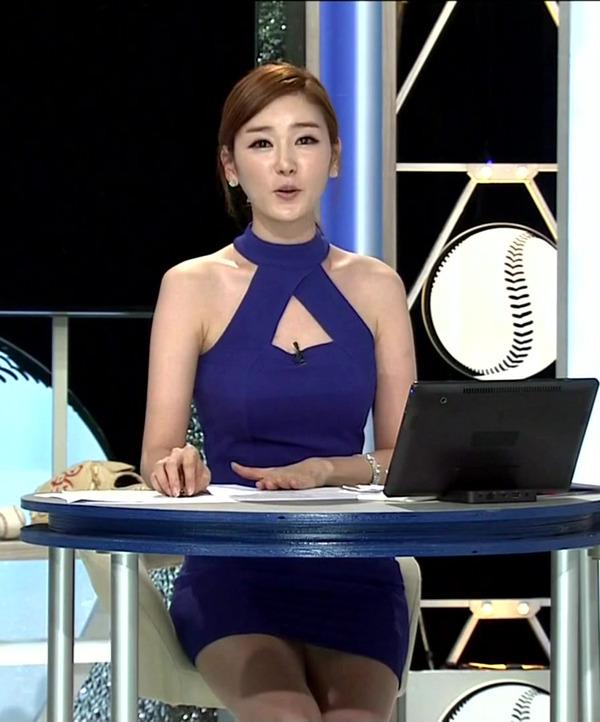 韓国のエロい美人女子アナのミニスカパンチラ (13)