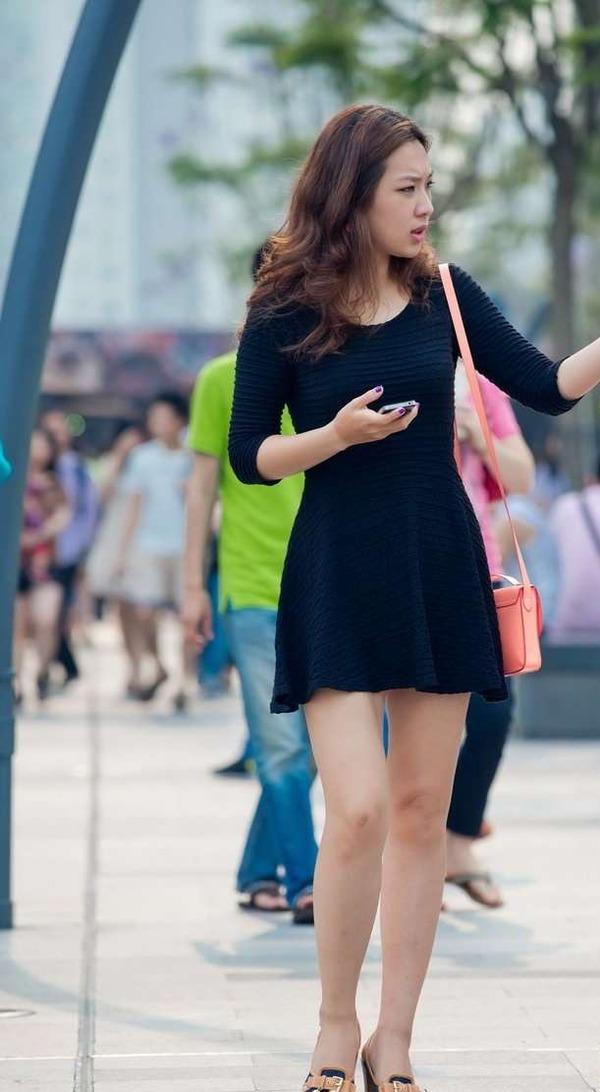 生足がエロエロな美女の街撮り (1)