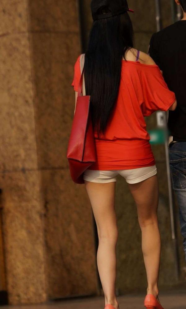 いやらしいホットパンツ姿のエロ美脚女性