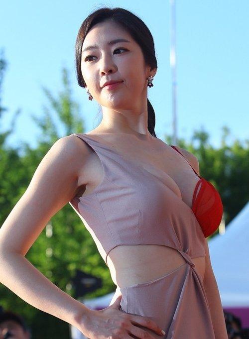 半乳ポロリ的な激エロドレスを披露した韓国の女優 (13)