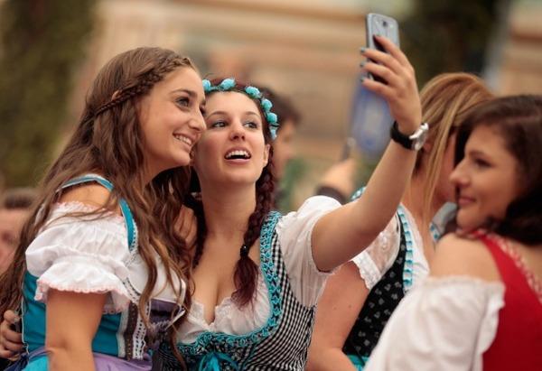 ドイツのビール祭りは巨乳ちゃんを盗撮し放題!! (24)
