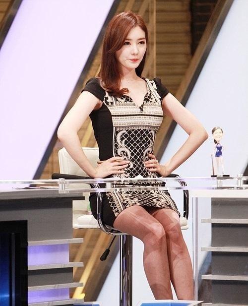 韓国のコン・ソヨンを含む女子アナ美脚パンチラ画像集 (17)
