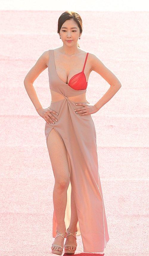 半乳ポロリ的な激エロドレスを披露した韓国の女優 (20)