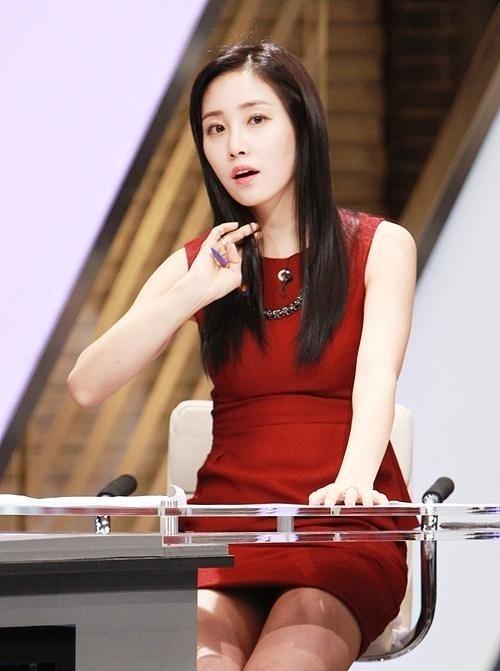 韓国のコン・ソヨンを含む女子アナ美脚パンチラ画像集 (35)