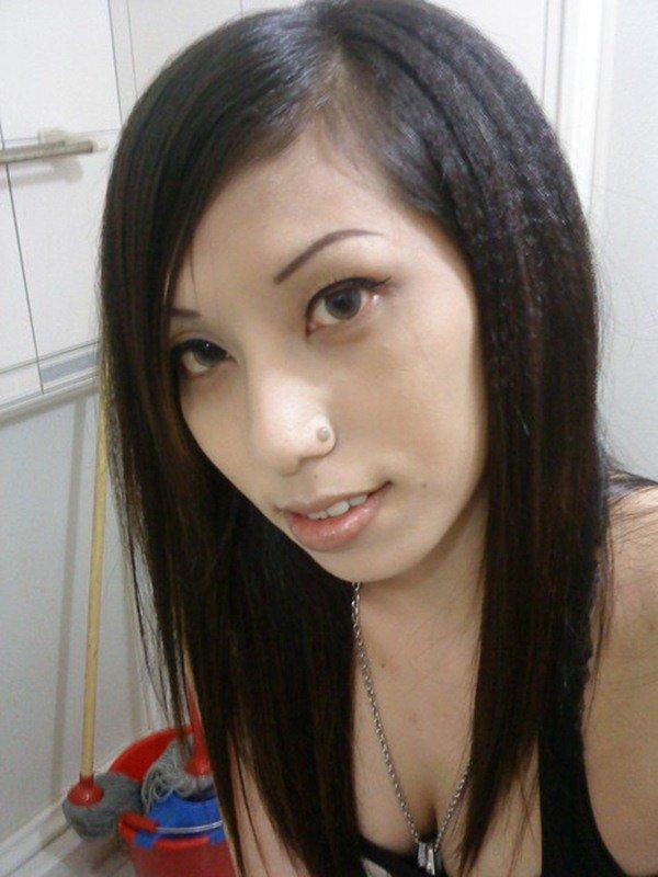 お着替え中のエロ姿を自撮り写メで投稿 (4)