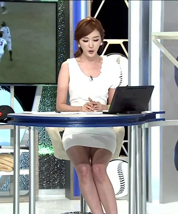 韓国のエロい美人女子アナのミニスカパンチラ (5)